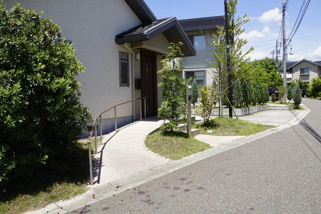 シニア世代におすすめしたい、玄関周りと庭のリフォーム