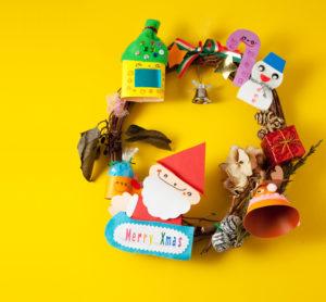 家族の幸せを願って、クリスマスリースを飾る