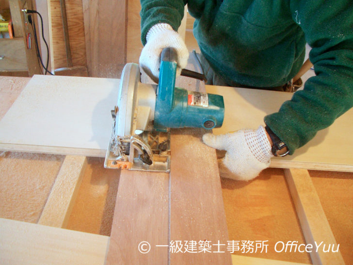 大工さんのお勧めは卓上型の丸のこ。安定性が良いので、一般の人がDIYで使いやすいそうです。注意点は身体の正面で切らないこと、使用方法を守って安全に使いましょう。