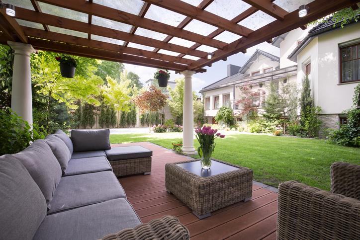 ご存じですか?庭に屋根をつけるメリットと種類