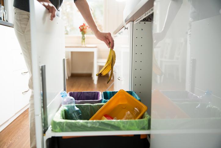 ステイホームでプラごみが急増!分別ごみの置き場所問題を解決する、裏庭活用のアイデア
